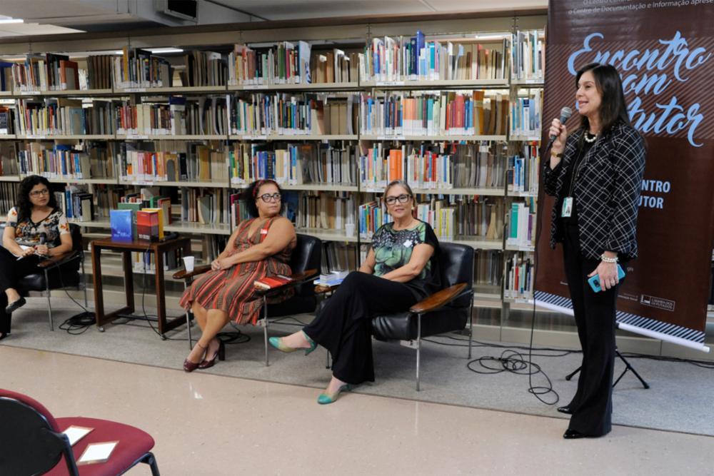 Encontro com o autor. Diretora da Biblioteca. Boas vindas. Coletivo Maria Cobogó.