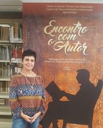 A escritora Alexandra Rodriguez conversa sobre seu trabalho na Biblioteca da Câmara dos Deputados.