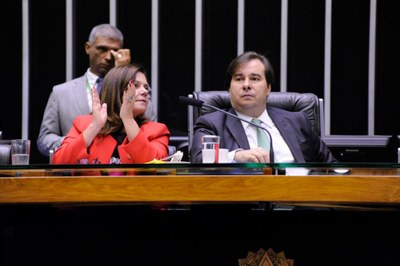Maia defende medidas concretas para combater a violência contra a mulher