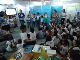 Crianças interagem com ator