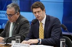 Ministro defende leilão de petróleo, mas não assegura licenciamento ambiental em Abrolhos