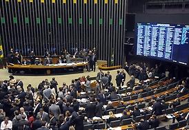 Deputados aprovam reforma política em 2º turno; falta votar destaques