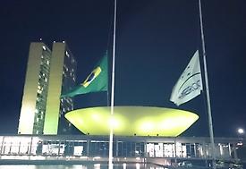 Congresso fica iluminado de verde em homenagem às vítimas do time da Chapecoense