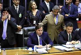 Maia suspende votação de PECs e anuncia pauta econômica