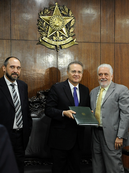 Ministro-chefe da Casa Civil, Jaques Wagner entrega a defesa do governo em relação às pedaladas fiscais ao presidente do Senado, Renan Calheiros (PMDB-AL)