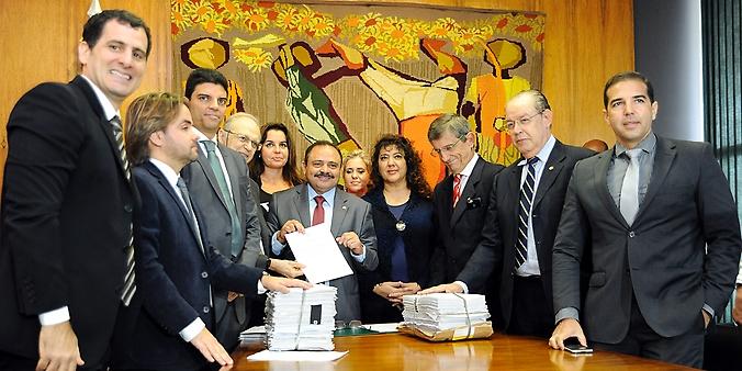 Presidente em exercício da Câmara, dep. Waldir Maranhão (PP-MA) assina ato que cria a comissão especial para analisar o projeto de lei 4850/16, que estabelece medidas contra a corrupção e demais crimes contra o patrimônio público e combate ao enriquecimento ilícito de agentes públicos