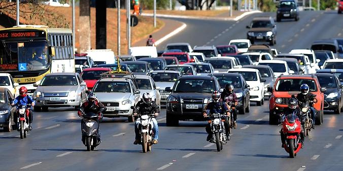 Transporte - motos - motocicletas trânsito velocidade tráfego motociclistas carros perigo