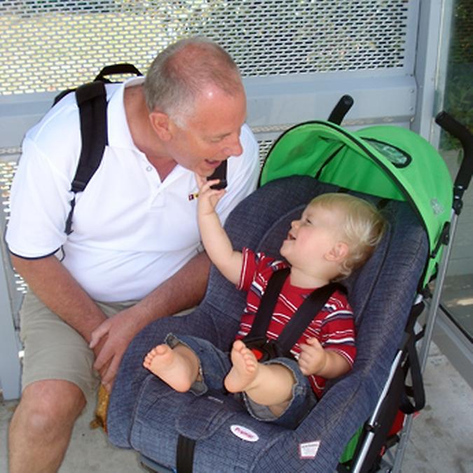 Transporte - geral - carrinhos de bêbê avô avós família paternidade crianças natalidade gerações