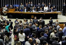 Maia autoriza tramitação de PECs em comissões durante intervenção no Rio